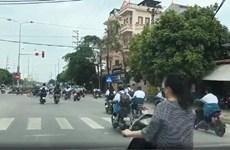 [Video] Bất bình hàng chục học sinh đi xe đạp điện vượt đèn đỏ