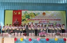 Phó Chủ tịch nước thăm, tặng quà Tết gia đình chính sách ở Tiền Giang
