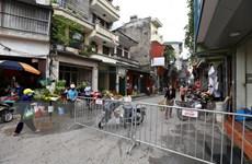 Hình ảnh lập hàng rào chắn để giãn cách trước cổng vào chợ Gia Lâm