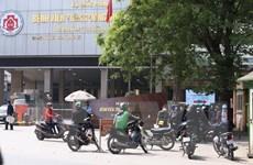 Vẫn còn tình trạng tập trung đông người trước cổng bệnh viện ở Hà Nội