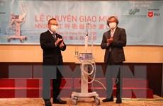 Công ty Metran bàn giao hai máy thở đầu tiên cho Việt Nam