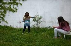 Tây Ban Nha cho phép trẻ em ra ngoài, Hà Lan mở cửa trở lại trường học