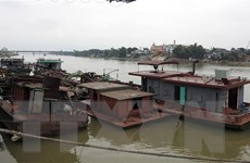 Bắt quả tang 3 tàu đang hút cát trái phép trên sông Hồng