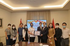 Trao tặng khẩu trang cho cộng đồng người Việt tại Tây Ban Nha