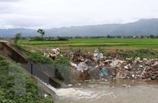 [Photo] Nguy cơ ô nhiễm kênh của Đại thủy nông Nậm Rốm do rác thải