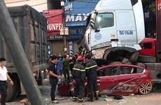 Hà Nội: Xe container mất lái đè lên ôtô con, 3 người tử vong tại chỗ
