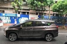 Hà Nội: Thanh sắt dài 2m rơi xuống đâm thủng nóc ôtô 7 chỗ