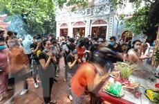 [Photo] Người dân không đeo khẩu trang, chen chúc đi lễ Phủ Tây Hồ
