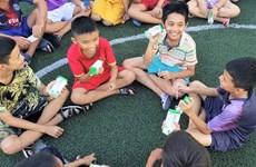 Vượt nỗi lo COVID-19 để mang 1,7 triệu ly sữa đến trẻ em khó khăn