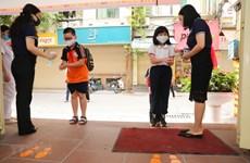 Học sinh Hà Nội học kiến thức phòng COVID-19 trong tiết học đầu tiên