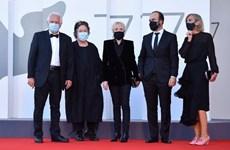 [Video] Các diễn viên phải đeo khẩu trang dự LHP Venice lần thứ 77
