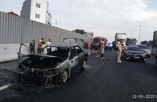 Bốn người thoát chết trong vụ xe Camry bốc cháy dữ dội ở Hà Nội
