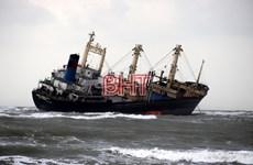 Ứng cứu 17 thuyền viên trên tàu mắc cạn ở biển Hà Tĩnh vào bờ an toàn