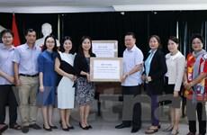Trao tặng khẩu trang hỗ trợ người Việt tại Lào phòng chống COVID-19