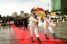 Dâng hương tri ân anh hùng liệt sỹ tại Đài Hữu nghị Việt Nam-Campuchia