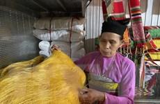 Người phụ nữ Mường đam mê giữ gìn nghề dệt vải thổ cẩm truyền thống