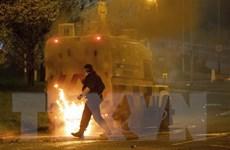 Bạo loạn ở Belfast, người biểu tình ném bom xăng vào xe cảnh sát