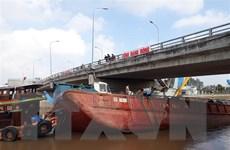 Khẩn trương cứu hộ sà lan bị chìm tại thành phố Bạc Liêu