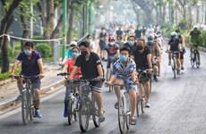 Cấm ở Hồ Gươm, người dân lại di chuyển đến Hồ Tây đạp xe, tập thể dục