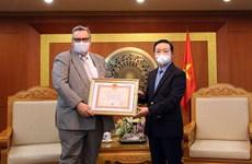 Tặng Kỷ niệm chương cho Đại sứ Phần Lan tại Việt Nam Kari Kahiluoto