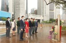 Đặt hoa tại tượng đài, bia tưởng niệm Chủ tịch Hồ Chí Minh ở Singapore