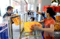 Người Hà Nội xếp hàng dài chờ mua bánh Trung Thu tại trường tiểu học