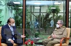 Chủ tịch nước Nguyễn Xuân Phúc chào Lãnh tụ cách mạng Cuba Raul Castro