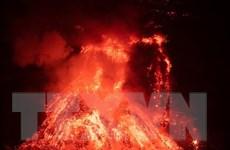 Dung nham của núi lửa Cumbre Vieja phá hủy nhà máy sản xuất ximăng