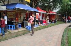[Photo] Hai cảnh xin chữ đối lập ở hồ Văn và Văn Miếu