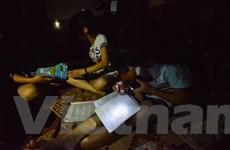 [Photo] Sĩ tử vật vã dùng đèn pin ôn bài trong cảnh mất điện