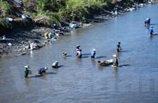 [Photo] Dân Mông Dương trầm mình dưới sông mót than sau lũ