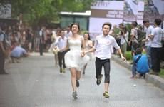 """[Photo] """"Quyết liệt"""" cuộc chạy thi của 50 cặp đôi cưới tập thể"""
