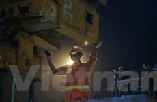 [Photo] Trắng đêm lắp dầm đường sắt trên cao vượt sông Tô Lịch