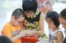 [Photo] Ngộ nghĩnh cảnh các bé tiểu học nặn bột làm bánh Trung thu