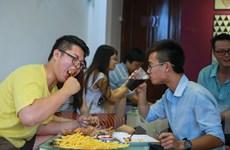 """Giới trẻ Hà thành """"ngán ngẩm"""" với thử thách ăn thịt gà rán"""