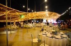 Thưởng thức ánh sáng độc đáo trong đám cưới tiền tỷ ở Thủ đô