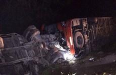 Hà Nội: Xe khách đâm trực diện xe tải, 2 người chết tại chỗ