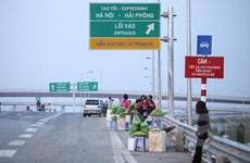 """[Photo] Hàng rong """"phong tỏa"""" lối vào cao tốc Hà Nội-Hải Phòng"""