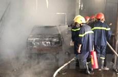 Hà Nội: Cháy lớn tại gara ôtô tư nhân, một xe bị thiêu rụi