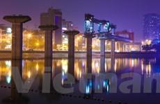 [Photo] Cảnh lao dầm khồng lồ ngoạn mục qua mặt hồ Hoàng Cầu