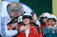 Đại sứ Hoa Kỳ trao tặng 100 mũ bảo hiểm cho trẻ em mồ côi Hà Tĩnh