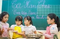 [Photo] Háo hức cùng các em bé tiểu học tập làm bánh trôi ngũ sắc