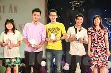 Học sinh Chu Văn An nhận thẻ cử tri trong ngày Lễ trưởng thành