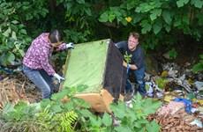 [Photo] Một ngày theo chân ông Tây lội mương nhặt rác ở Hà Nội
