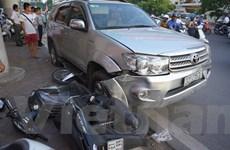 Hà Nội: Ôtô mất lái đâm liên hoàn nhiều xe máy, 10 người nhập viện