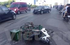 Corolla Altis đâm gục nhiều xe máy trên cầu vượt Nguyễn Chí Thanh