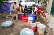 """Hà Nội: Dùng xe bồn """"giải cứu"""" khu dân cư 9 ngày mất nước sinh hoạt"""