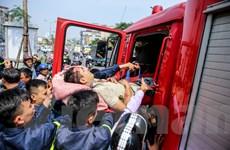 Hà Nội: Giải cứu thanh niên mắc kẹt trong gốc cây trên đường Xã Đàn