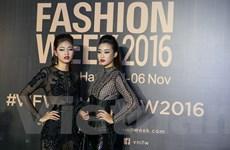 Hoa hậu Mỹ Linh đọ dáng cùng Thanh Tú trên thảm đỏ tuần lễ thời trang