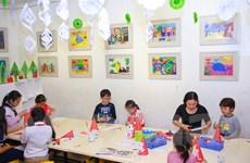 Trẻ em hào hứng với lớp dạy làm sản phẩm sáng tạo đón Giáng sinh